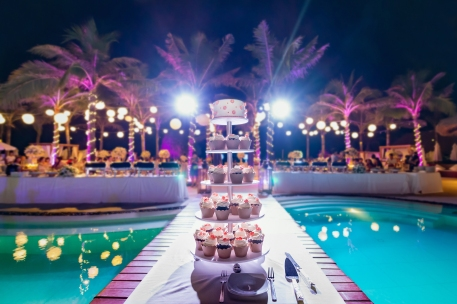 Weddings in Spain at a poolside banquet.